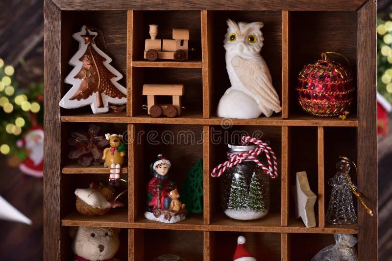 Caja de recuerdos de madera con la colección de la decoración y del juguete de la Navidad fotografía de archivo