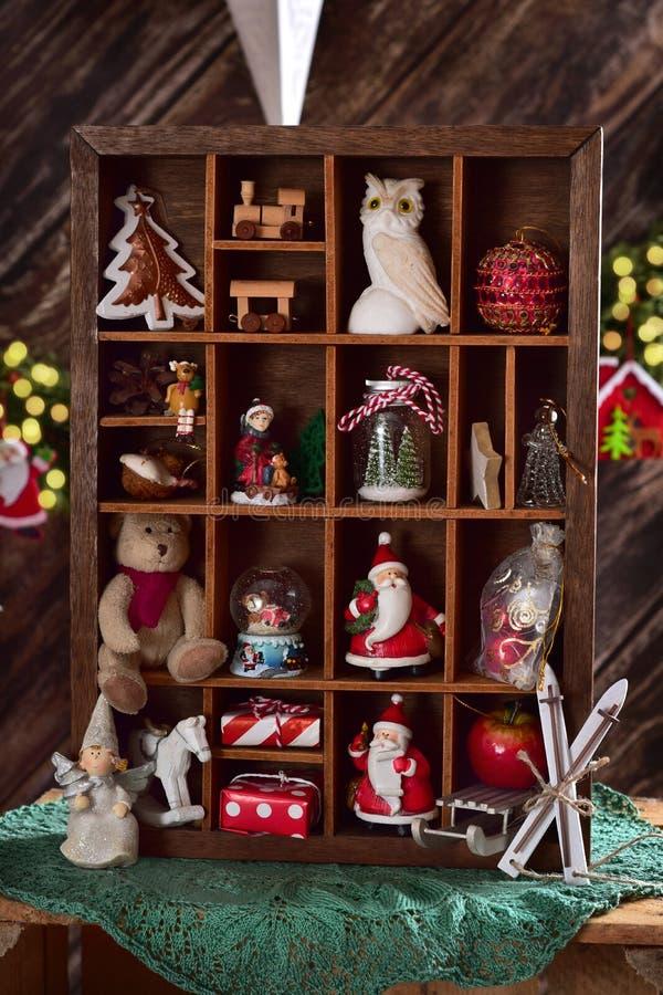 Caja de recuerdos de madera con la colección de la decoración y del juguete de la Navidad imagenes de archivo
