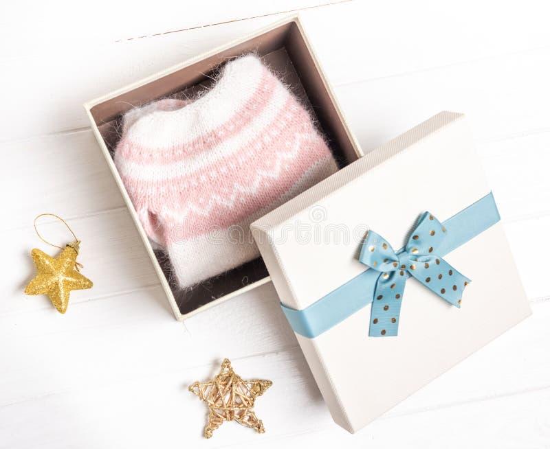 Caja de regalo abierta con suéter de punto fotografía de archivo libre de regalías