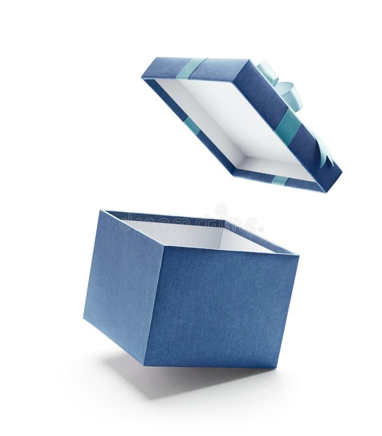 Caja de regalo abierta del azul aislada en blanco fotos de archivo