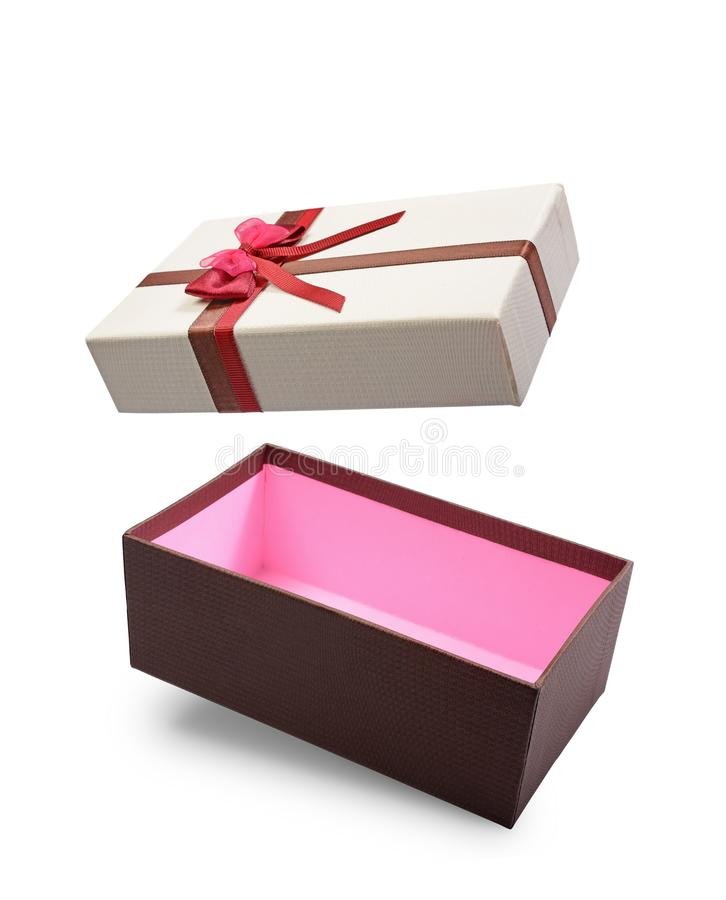 Caja de regalo abierta del vuelo de Brown con el lazo de satén multicolor foto de archivo libre de regalías