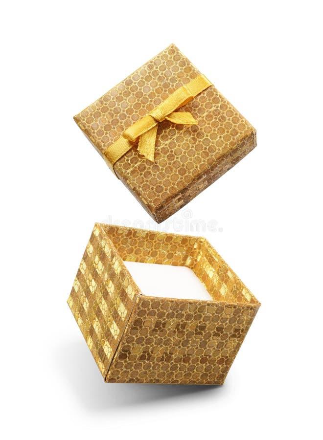 Caja de regalo abierta del vuelo de oro con el lazo de satén amarillo imágenes de archivo libres de regalías