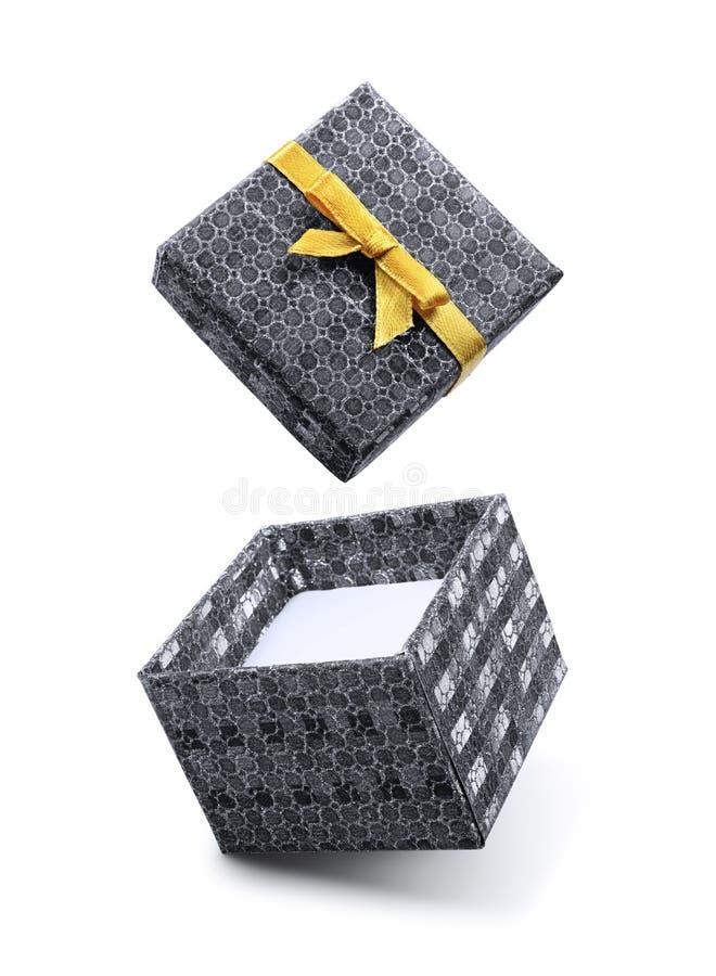 Caja de regalo abierta del vuelo de plata con el lazo de satén de oro fotografía de archivo