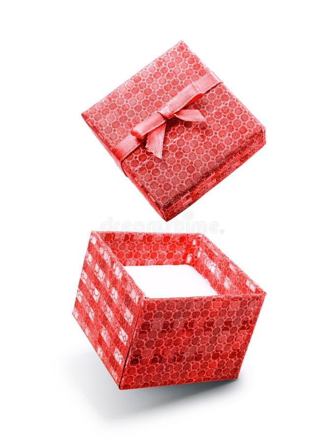 Caja de regalo abierta del vuelo rojo con el lazo de satén imágenes de archivo libres de regalías