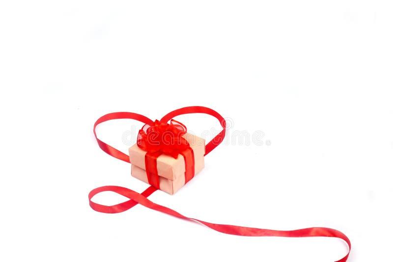 Caja de regalo atada con un arco rojo fotografía de archivo