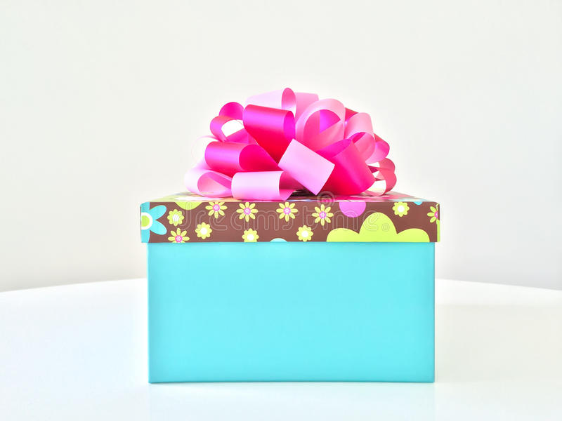 Caja de regalo azul con la cinta rosada foto de archivo