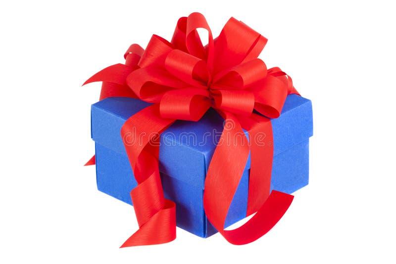 Caja de regalo azul con la cinta y el arco rojos fotografía de archivo libre de regalías