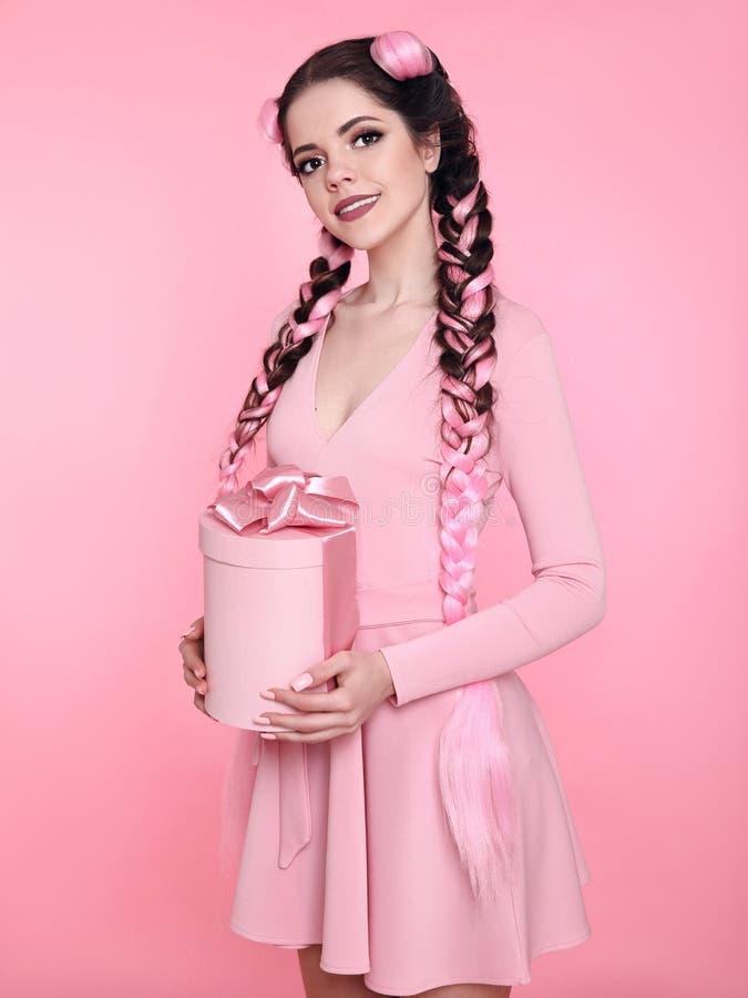 Caja de regalo bastante adolescente hermosa del presente de la muchacha con el arco sobre s rosado fotografía de archivo