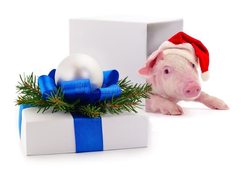 Caja de regalo blanca con la cinta azul y el juguete foto de archivo libre de regalías