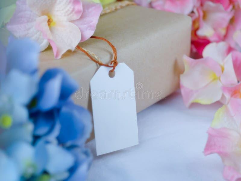 Caja de regalo de Brown con las etiquetas de papel en blanco imágenes de archivo libres de regalías
