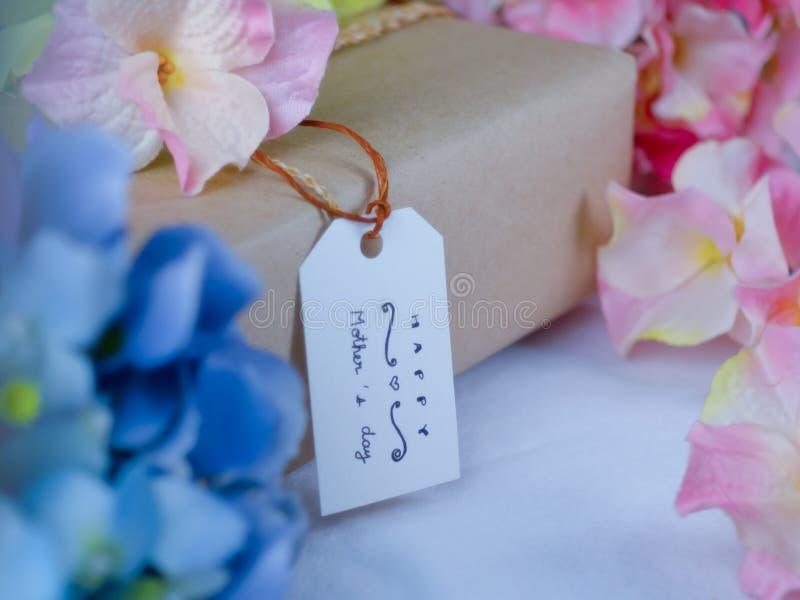 Caja de regalo de Brown con las tarjetas de felicitación el día de madre imagen de archivo