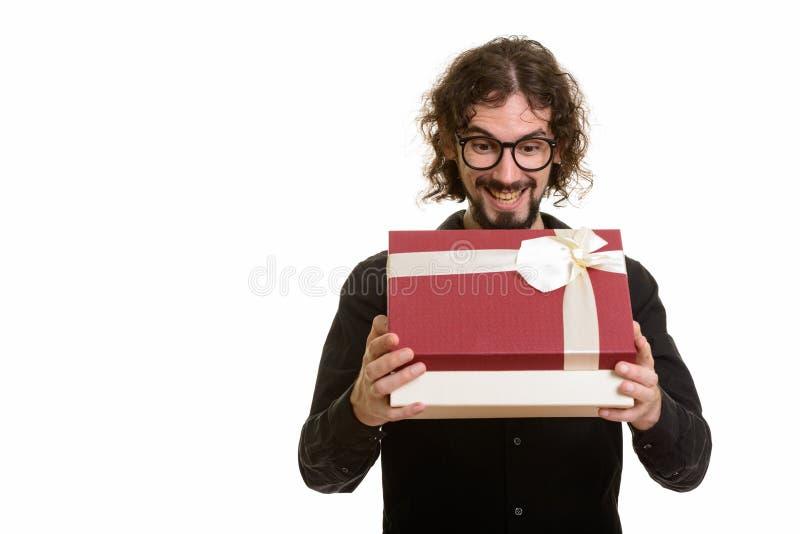 Caja de regalo caucásica hermosa feliz de la abertura del hombre lista para Valentin foto de archivo