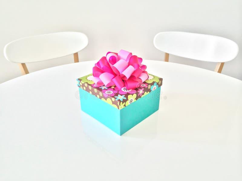 Caja de regalo colorida en la tabla blanca fotos de archivo