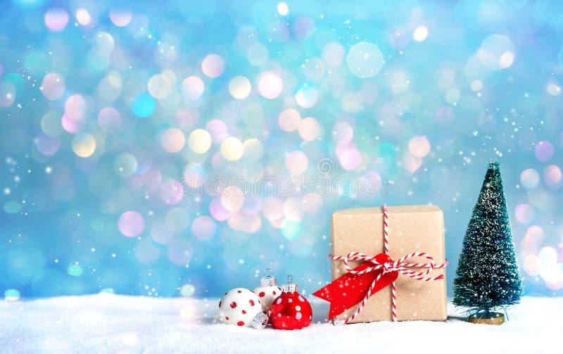 Caja de regalo con el árbol de navidad miniatura foto de archivo libre de regalías