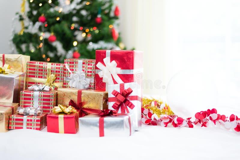 Caja de regalo con el fondo del ?rbol de navidad para los ni?os de la sorpresa en festival del A?o Nuevo o del partido de Navidad imágenes de archivo libres de regalías