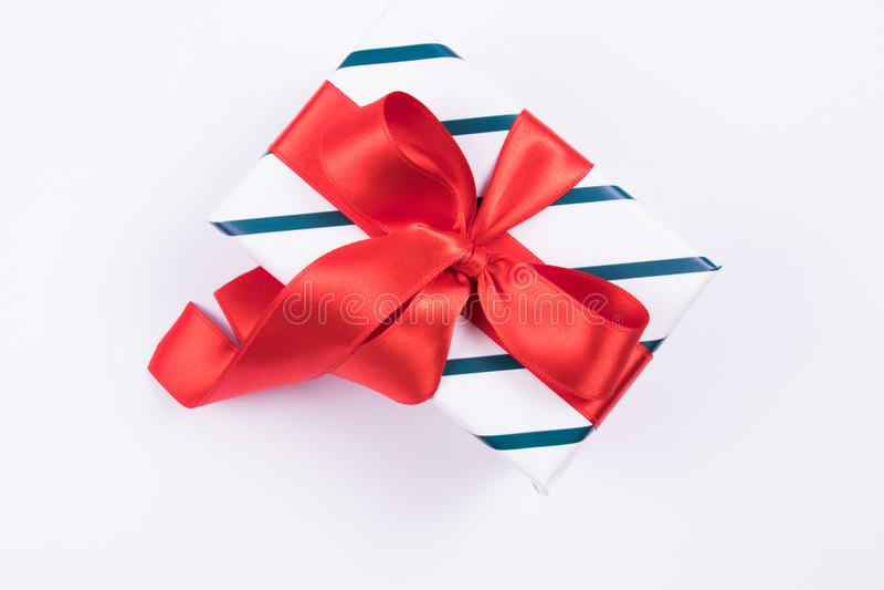 Caja de regalo con el lazo de satén rojo en un fondo blanco Concepto festivo Aislado fotos de archivo libres de regalías