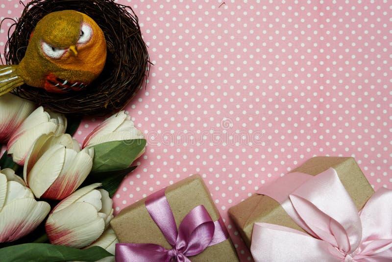 Caja de regalo con el ramo de las rosas con la copia del espacio en fondo rosado del lunar foto de archivo libre de regalías