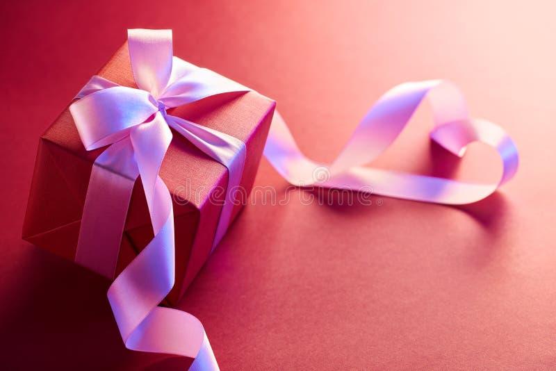 Caja de regalo con la cinta de la forma del corazón fotos de archivo