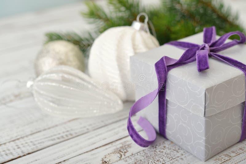 Caja de regalo con la cinta violeta foto de archivo