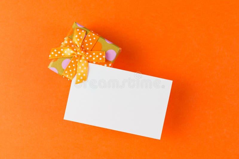 Caja de regalo con la tarjeta llana imagenes de archivo