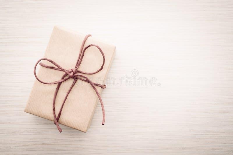 Download Caja de regalo de Brown foto de archivo. Imagen de espacio - 64211966