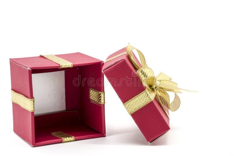 caja de regalo de la Navidad con un arco de la cinta del oro fotografía de archivo