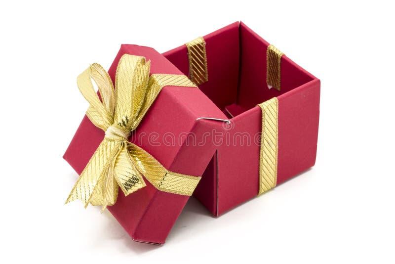 caja de regalo de la Navidad con un arco de la cinta del oro foto de archivo