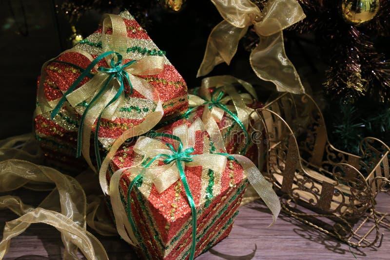 caja de regalo de la Navidad con un arco de la cinta del oro fotos de archivo libres de regalías