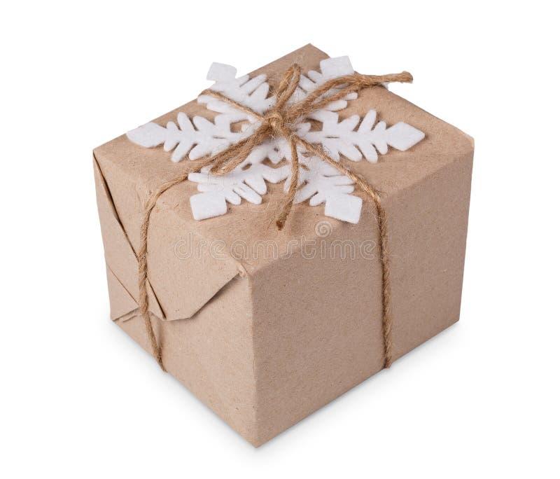 Caja de regalo de la Navidad en el papel del arte aislado en blanco imagenes de archivo