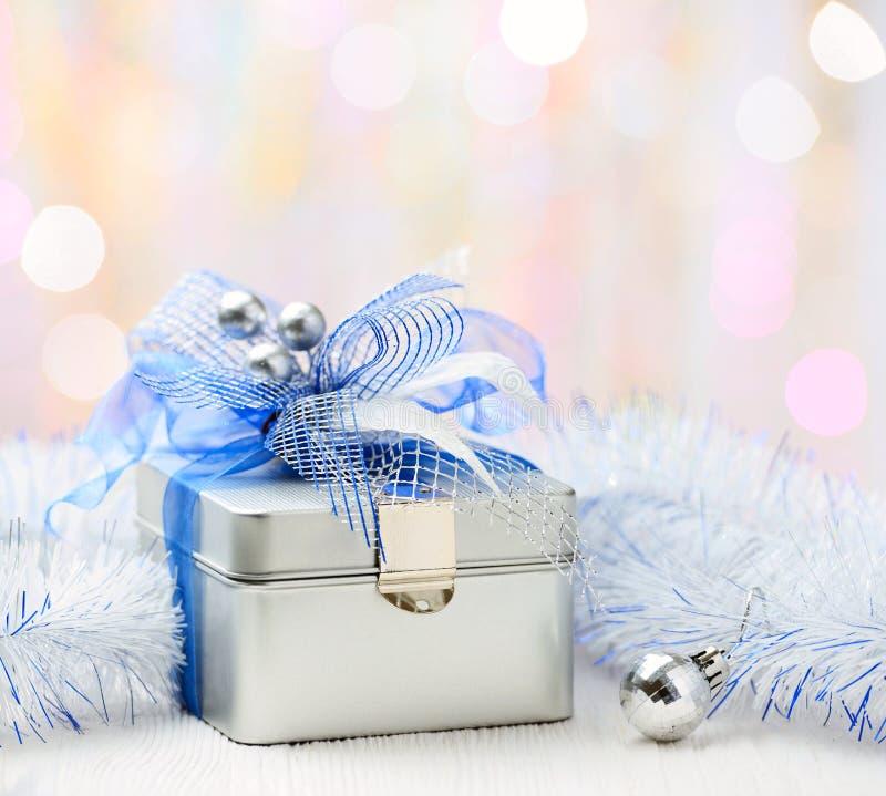 Caja de regalo de la Navidad en fondo abstracto imagen de archivo libre de regalías