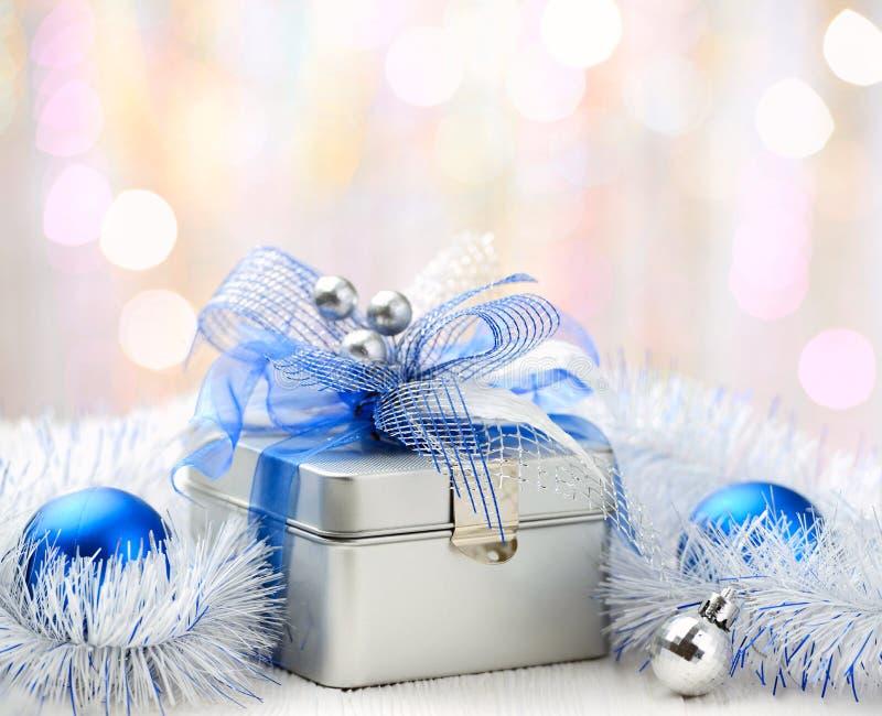 Caja de regalo de la Navidad en fondo abstracto imagenes de archivo
