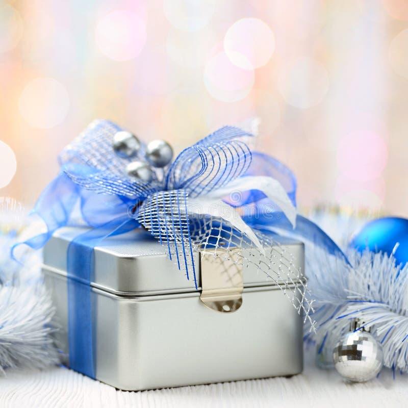 Caja de regalo de la Navidad en fondo abstracto fotos de archivo libres de regalías