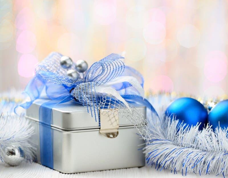 Caja de regalo de la Navidad en fondo abstracto foto de archivo libre de regalías