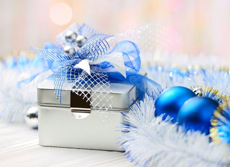 Caja de regalo de la Navidad en fondo abstracto fotos de archivo