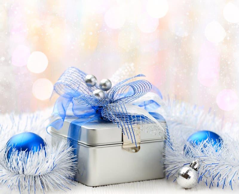 Caja de regalo de la Navidad en fondo abstracto fotografía de archivo