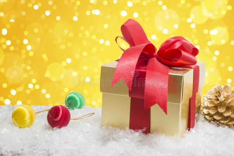 Caja de regalo de la Navidad en nieve imagen de archivo
