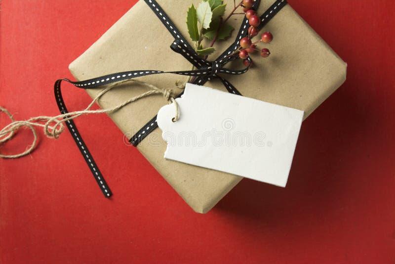 Caja de regalo de la Navidad, envuelta en papel reciclado fotos de archivo libres de regalías
