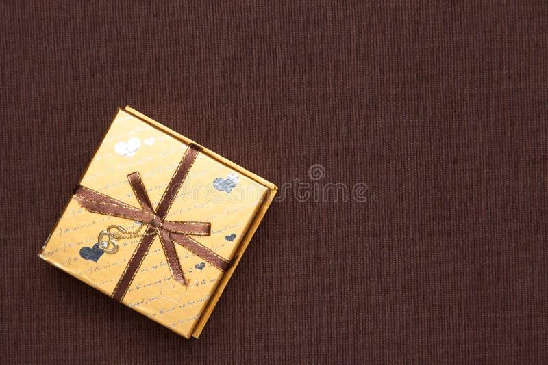 Caja de regalo de oro fotografía de archivo libre de regalías