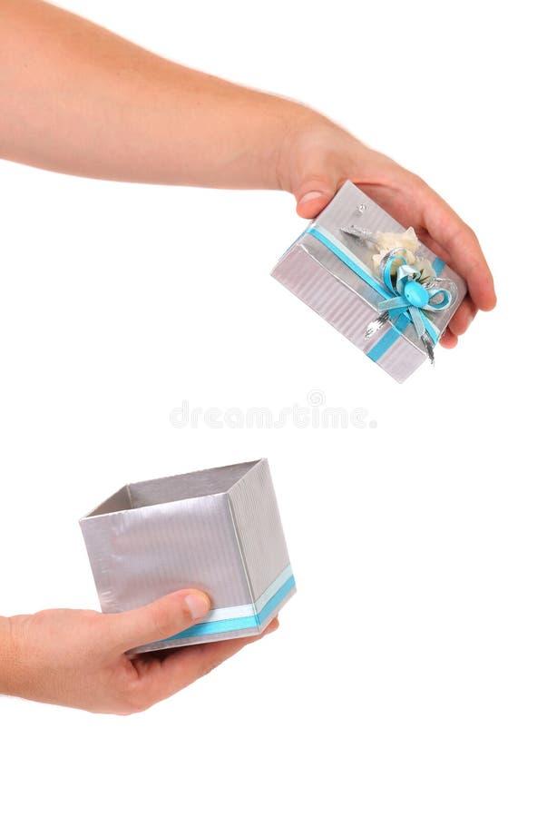 Caja de regalo de plata abierta con la cinta azul. fotos de archivo libres de regalías