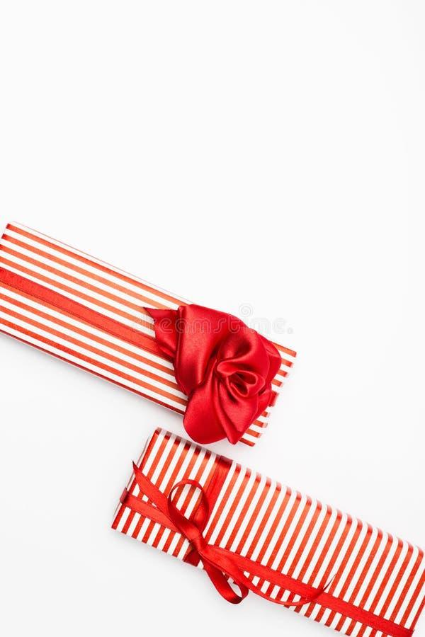 Caja de regalo del día de tarjetas del día de San Valentín Visión superior con el espacio de la copia imágenes de archivo libres de regalías