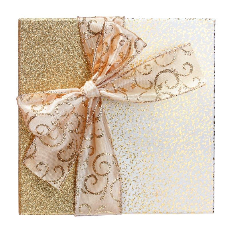 Caja de regalo del oro aislada en el fondo blanco. Navidad fotos de archivo