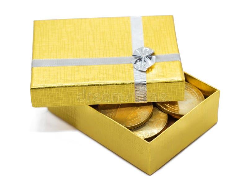 Caja de regalo del oro con las monedas de oro imágenes de archivo libres de regalías