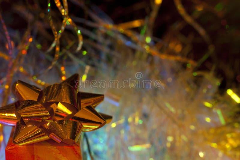 Caja de regalo del oro del ` s del Año Nuevo imagenes de archivo