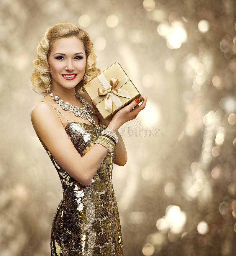 Caja de regalo del presente de la mujer del Vip, señora retra Sparkling Gold Dress imágenes de archivo libres de regalías