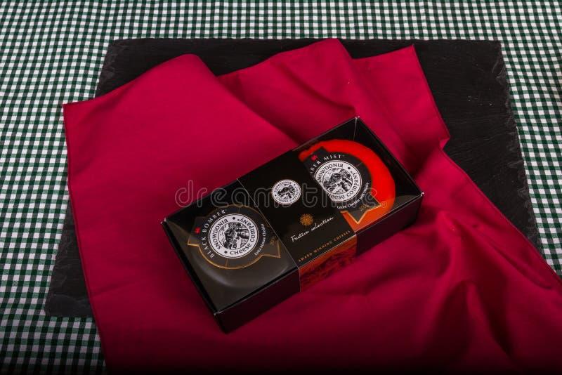 Caja de regalo editorial ilustrativa de la selección de características de Snowdonia Cheese Company con los truckles del queso ne fotos de archivo libres de regalías