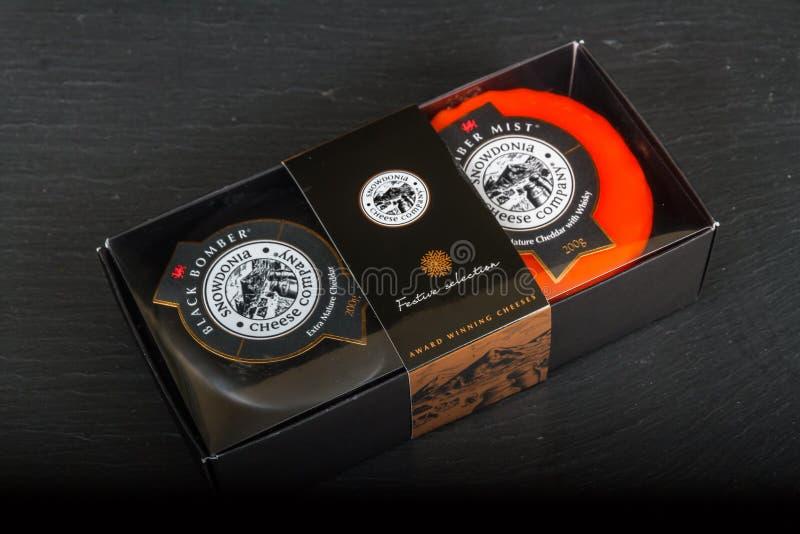Caja de regalo editorial ilustrativa de la selección de características de Snowdonia Cheese Company con los truckles del queso ne imagen de archivo libre de regalías