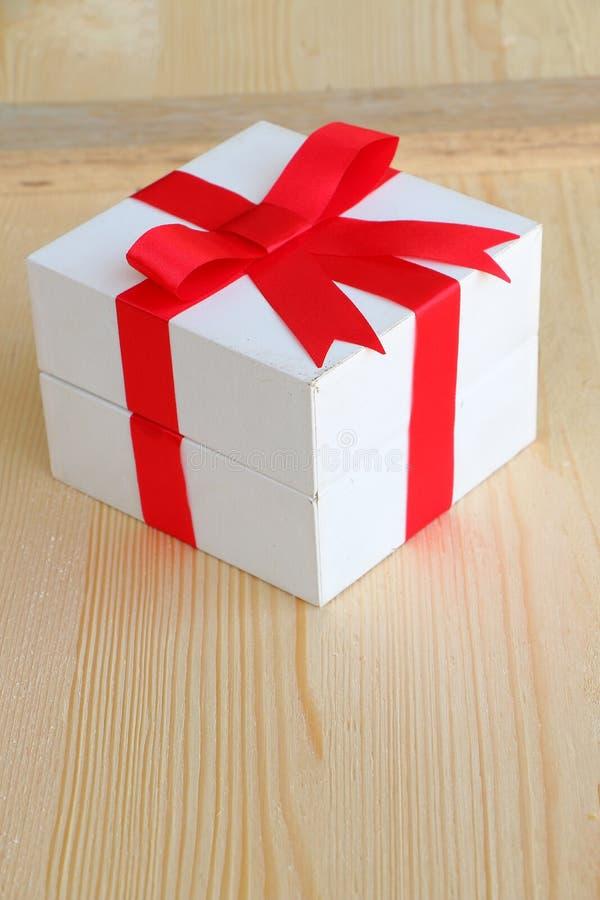 Caja de regalo en de madera imagenes de archivo