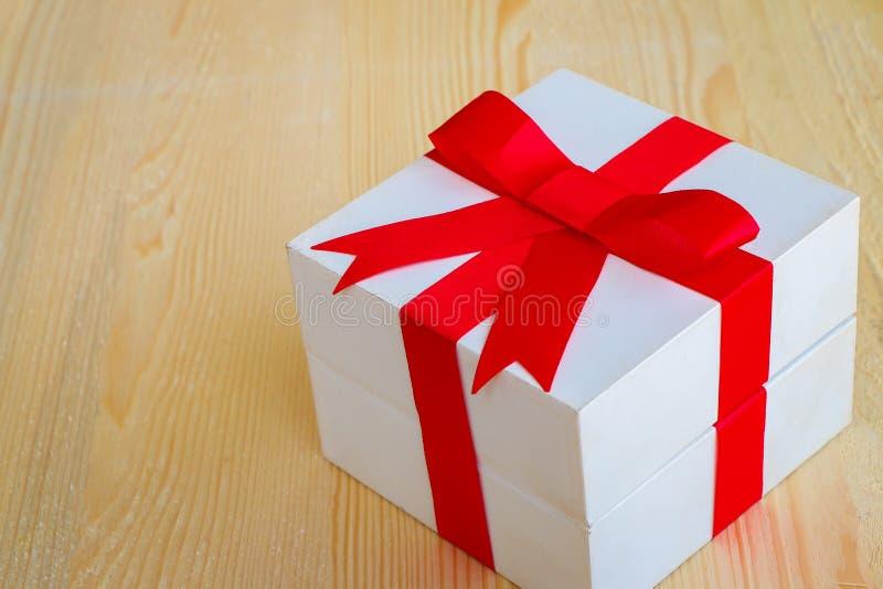 Caja de regalo en de madera foto de archivo