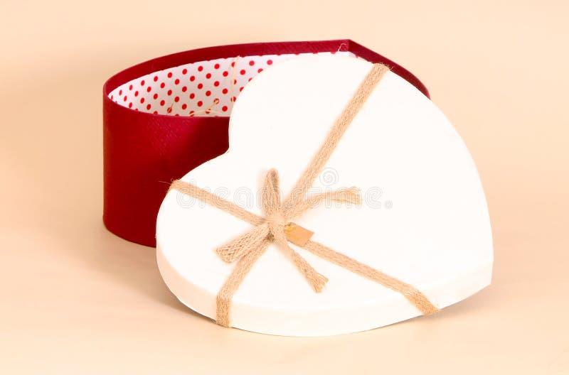 Caja de regalo en la forma del corazón El concepto de sorpresa para los amantes foto de archivo