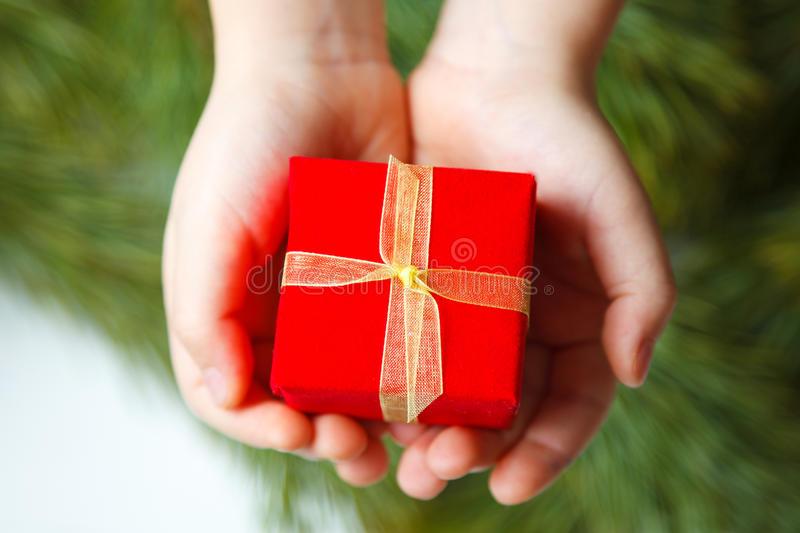 Caja de regalo en mano de los niños imagen de archivo